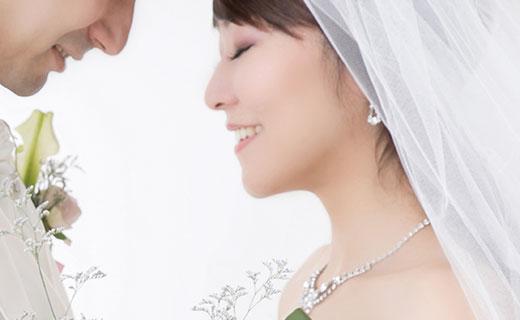 横顔のフェイスラインが美しい花嫁