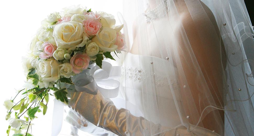結婚式の日にドレスを着ている女性